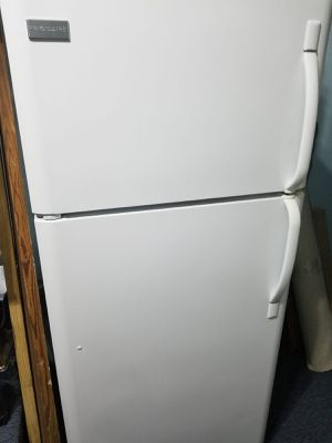 Refrigerator Frigidaire white for Sale in Miami, FL
