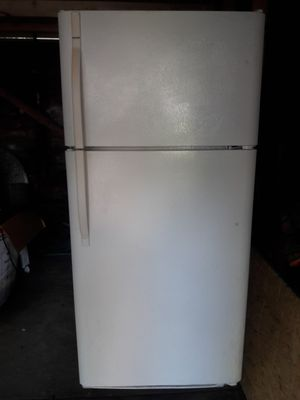 Kenmore Refrigerator with Icemaker for Sale in Euclid, OH
