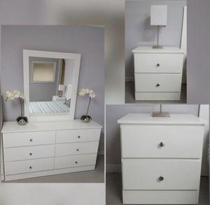Dresser with mirror and 2 nightstands- Cómoda con espejo y 2 mesitas de noche for Sale in Miami Gardens, FL