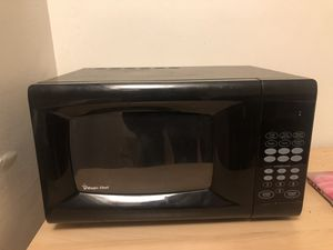 Microwave 900 watts magic chef for Sale in Los Angeles, CA