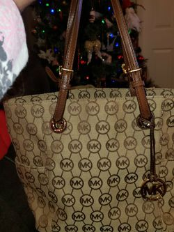 Michael kors purse, 15 on Wide, 11 in Tall, 6 in across at bottom. See description please for Sale in Murfreesboro,  TN