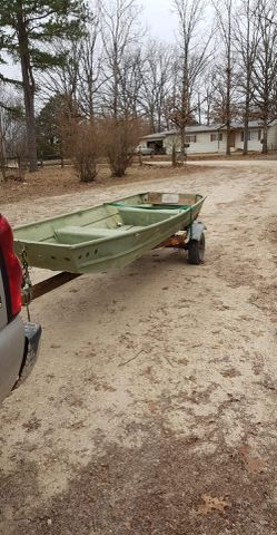 12 foot boat with title for Sale in Saint Clair,  MO