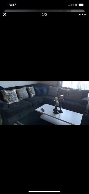 Sala con todo las mesas se vende for Sale in Fresno, CA
