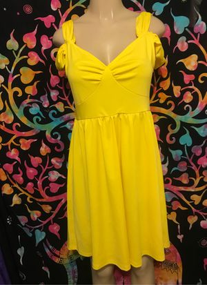 New yellow dress size medium for Sale in Riverside, CA