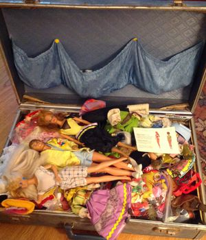 Vintage suitcase full of dolls and clothes for Sale in Mesa, AZ