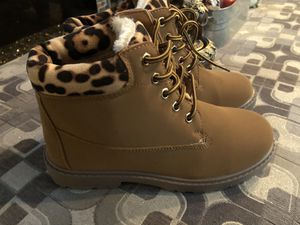 Girls boots 🥾 size 1,2,4,5 for Sale in Chicago, IL