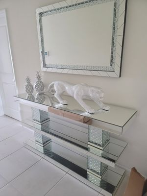 Console Table, Mirror and Accesories in offer in 45701 Highway 27 N Davenport Fl 33897 for Sale in Davenport, FL