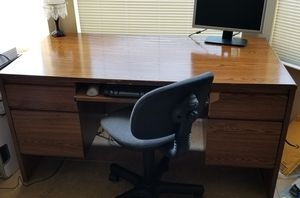 Big desk and Office Chair for Sale in Eustis, FL
