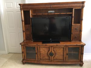 FREE TV Entertainment center and Coffee Table for Sale in Miami, FL