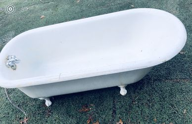 FREESTANDING CLAWFOOT BATHTUB! DELIVERY AVAILABLE FOR $25 for Sale in Portland,  OR