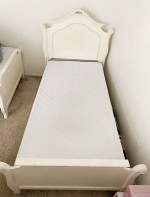 White twin bed for Sale in Rancho Cucamonga, CA