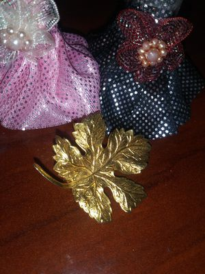 Beautiful vintage leaf goldtone brooch 3-4cm for Sale in Richmond, CA