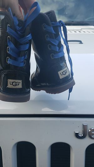 Toddler girl ugg boots size 6 for Sale in Hanford, CA