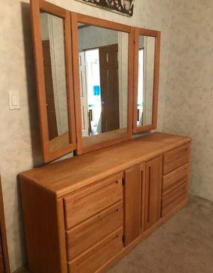 5 pieces oak soild queen Bedroom set for Sale in Wichita, KS