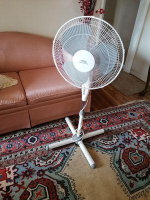 Like new Lakewood pedestal Fan adjustable height 3 speed fan Oscillate for Sale in Spring Valley, CA