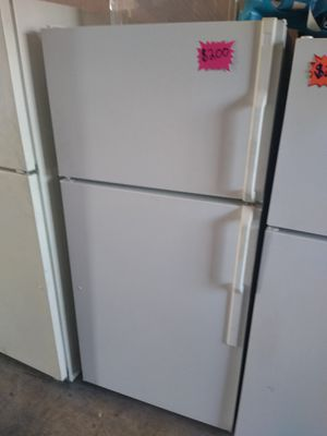 Ge top and bottom fridge white for Sale in San Bernardino, CA