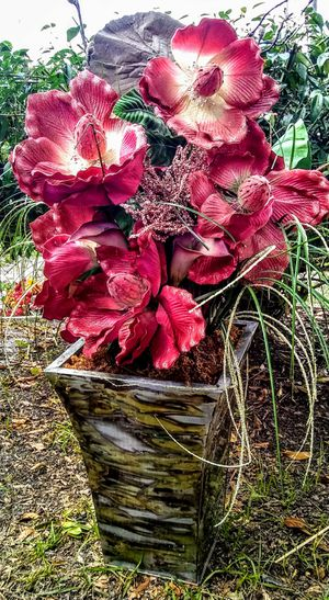 Beautiful Array of Burgandy Silk Flowers w/lg Metal Vase for Sale in Plant City, FL