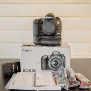 Canon Eos 5D mark iii with canon grip (6%shutter count) for Sale in Garland, TX