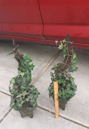 2 small plant decorations for Sale in Las Vegas, NV