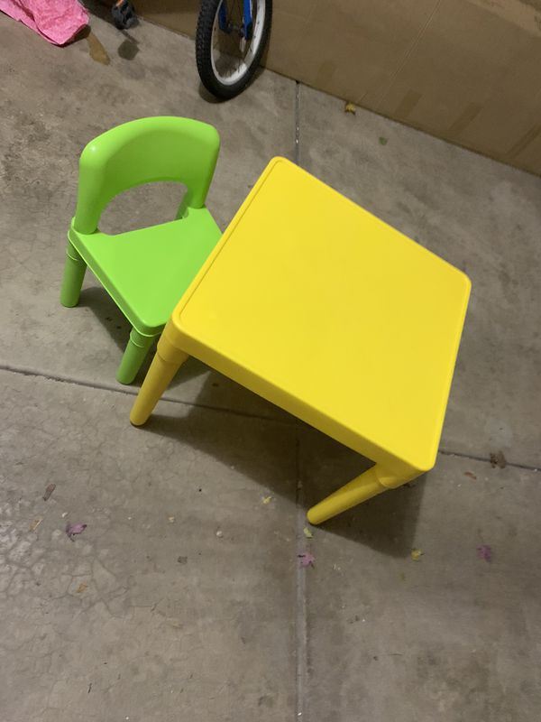Kid table with 4 chairs