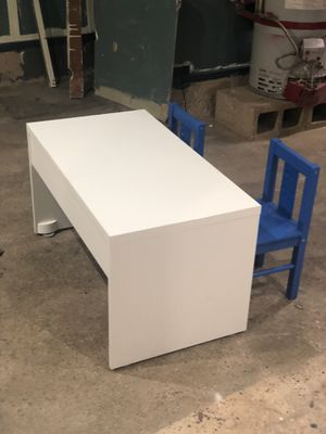 White Kids Desk w/2 Chairs for Sale in San Francisco, CA