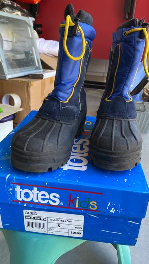Kids snow boots size 5 pick up only for Sale in Chula Vista, CA