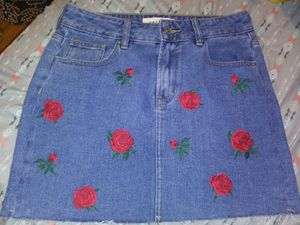 Pacsun Floral Patch Denim Skirt Sz 26 for Sale in Glassboro, NJ