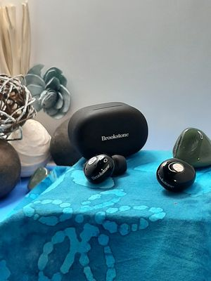 BROOKSTONE WIRLESS BLUETOOTH HEADPHONES for Sale in Franklin, MA