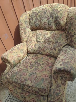 Paisley Comfy Recliner $15.00 cash only ( serious buyers) for Sale in Dallas, TX