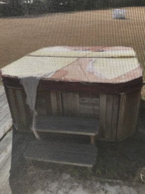 Jacuzzi hot tub (not working) for Sale in Valrico, FL