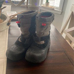 North Face Snow Boots Kids Size 5 for Sale in Winthrop, MA