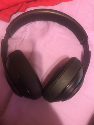 Beats studio headphones barely use them work great cash only no trades for Sale in Philadelphia, PA