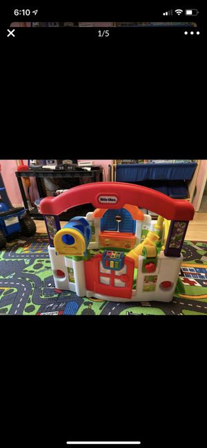 Little tikes play house free for Sale in Sanger, CA