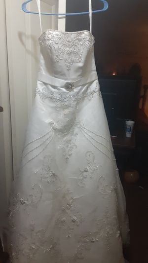 Oleg Cassini wedding dress . Size 4 for Sale in Evansville, IN