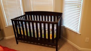 Baby crib that converts to a bed for Sale in Mableton, GA