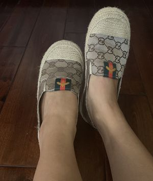 Very cute womens bee loafer shoes (size 7) for Sale in Las Vegas, NV