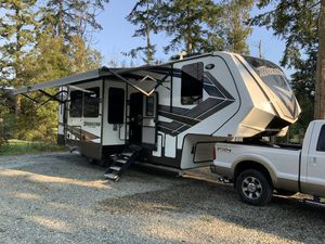 Momentum Toy Hauler 5th wheel for Sale in Stanwood, WA