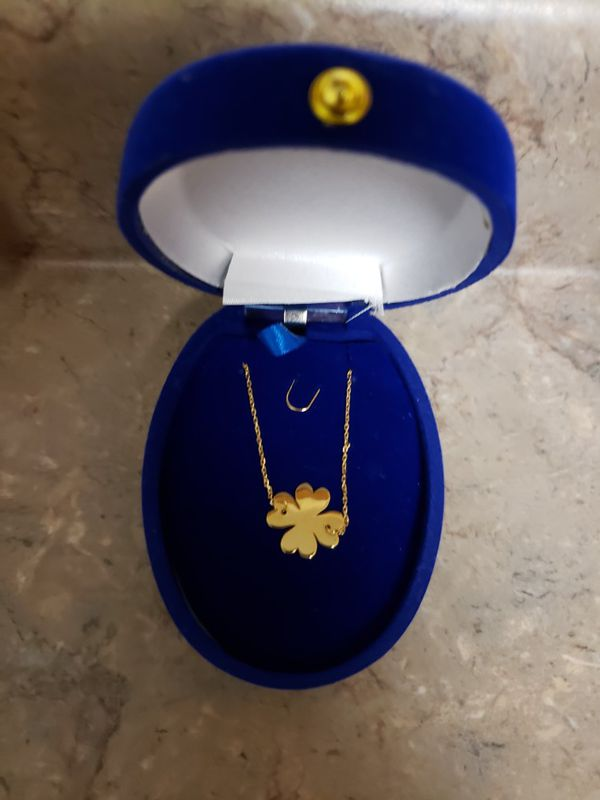 18k Italian gold necklace with a flower pendant.