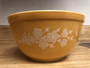 Vintage Pyrex 1.5 qt mixing bowl in Butterfly Gold for Sale in Phoenix, AZ
