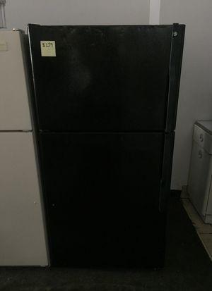 Black GE Refrigerator (Top Freezer) for Sale in Warren, MI