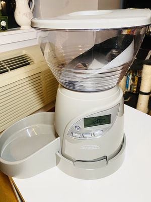 Automatic Pet Feeder (Brand: Petmate) for Sale in Brooklyn, NY