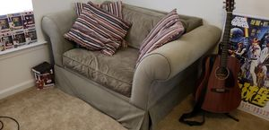 Large Loveseat & 4 pillows for Sale in Fort Meade, MD