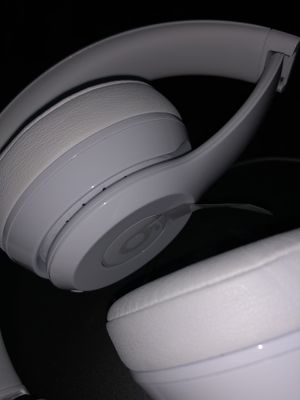 Beats solo3 wireless, on ear-headphones-glass white for Sale in Whittier, CA