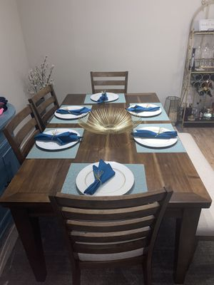 Ashley Furniture Dining Room table- seats 6- Like new for Sale in Belle Isle, FL