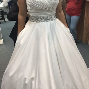 Wedding dresss Size 8 / Traje De novia for Sale in Kissimmee, FL