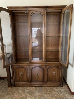 Henredon Cabinet with Glass Shelves for Sale in Marysville, WA