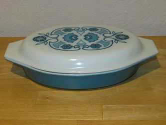 PYREX divided Casserole DISH with Lid 1 1/2 quart for Sale in Puyallup,  WA