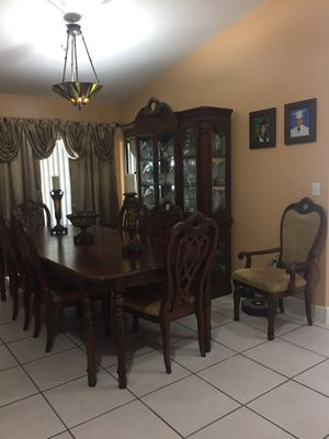 Dining room set, 2 armed chairs plus 6 regular chairs, extendable table and China cabinet for Sale in Miami, FL