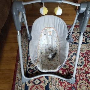 Expandable Baby Rocker. Works with 4 D size batteries not included for Sale in Belleville, NJ