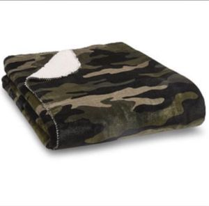 Pink camouflage Sherpa blanket for Sale in Hillsboro, OR